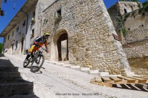 Abruzzo Yollarında Bisikletliler – Downhill Heyecanı
